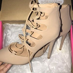 Nude pumps w laces